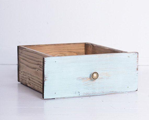 Cajón de madera de estilo vintage, hermoso como un accesorio de fotografía de recién nacidos (puede utilizarse también como una decoración del hogar, para mantener sus periódicos, almohadas u otros elementos). De madera cubierta con pintura no tóxica una angustiada. Pondrá su fotografía al más alto nivel. Tamaño: -longitud: 35cm -ancho: 30 cm -altura: 14 cm