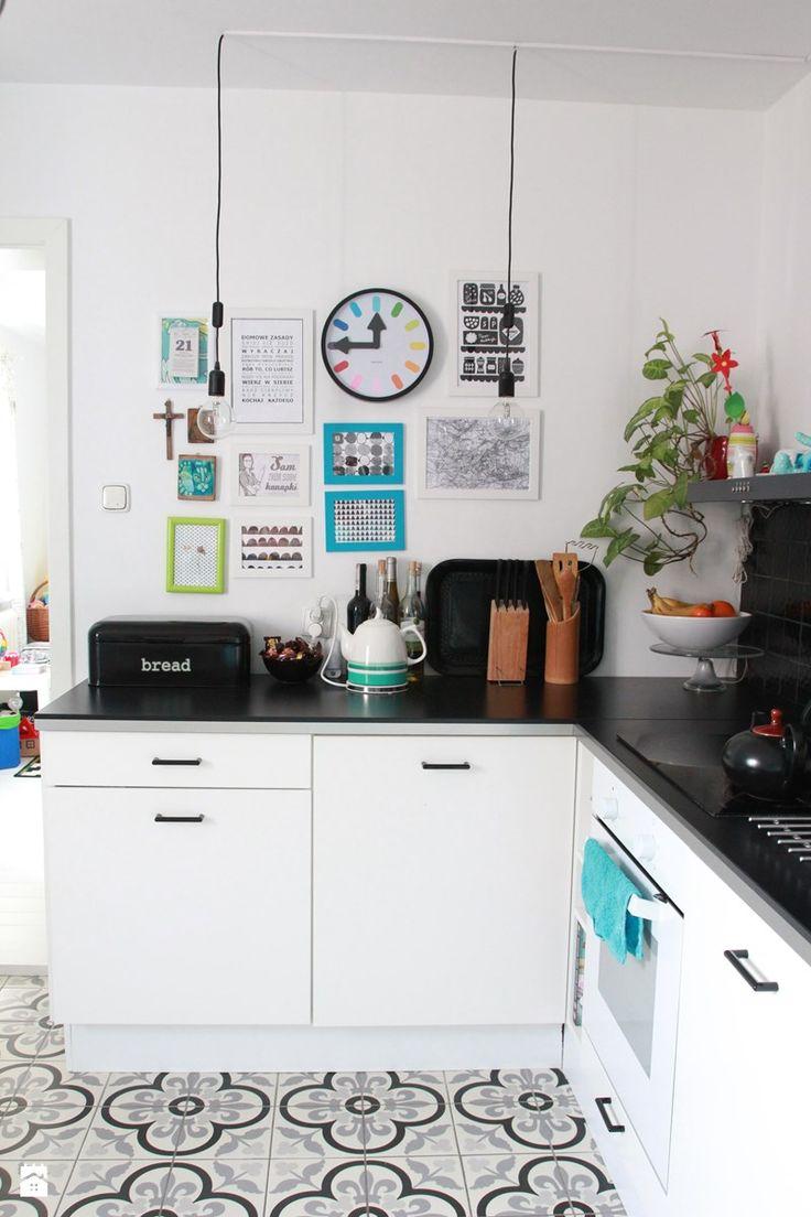 Biało – czarna kuchnia z turkusowymi dodatkami