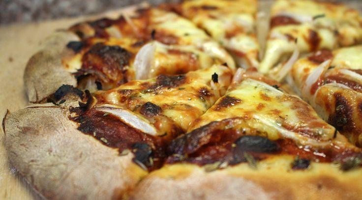 Bienvenidos a la pizzería Comer.me. Ofrecemos una amplia carta de pizzas y delicias relacionadas, preparadas adaptando recetas clásicas para utilizar la producción agropecuaria local. De esa forma, formamos parte del sistema de la zona y aprovechamos la excelente producción del área. Estamos recién comenzando, y esperamos crecer junto con la comunidad local. Estamos ubicados en … Seguir leyendo Pizzas Clásicas y de las otras →