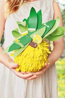 Mit dieser Anleitung können Sie ganz leicht eine Pinata selber machen - und zwar im angesagten Ananas-Look! Viel Spaß beim Piñata basteln und plündern .  © OZ-Verlags-GmbH 2015