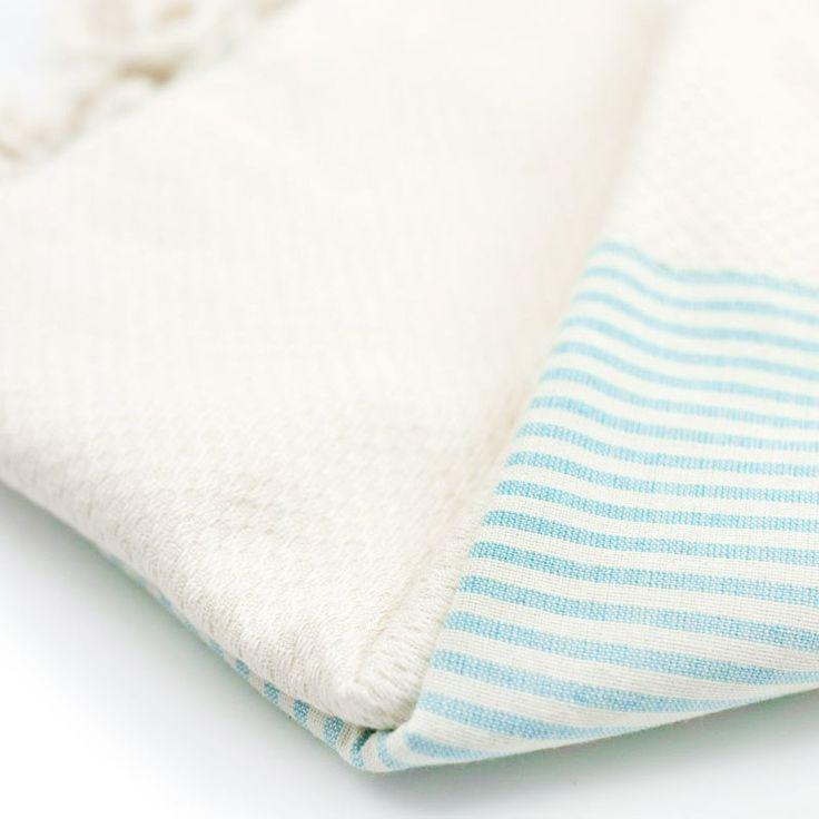 Luxe fairtrade hamamdoek van Happy Towels. Crème-kleurig met streepjes. Geweven van zacht bamboe en katoen. Voor vakantie, strand en de sauna. Extra lang!