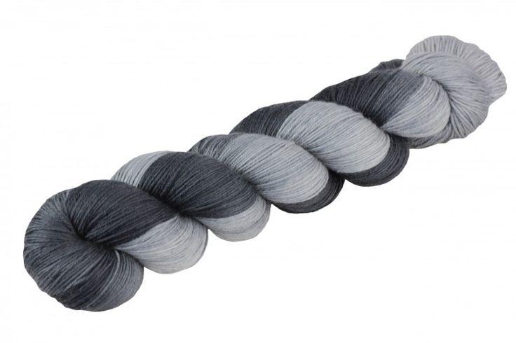 22,00 € Twin: 80% Wolle/20% Polyamid: armer grauer Kater 590 Stranggewicht:150g Lauflänge:100g = 311m / 340 yds Nadelstärke:2,5mm - 3mm