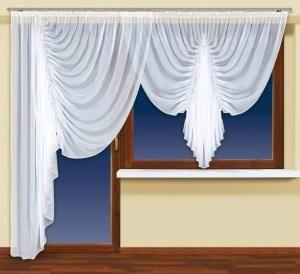 Cenisz szyk i elegancję? Uwielbiasz, gdy wystrój Twojego domu zachwyca rodzinę i gości?  Zatem widoczna tutaj firanka z woalu to produkt specjalnie dla Ciebie!  Pięknie wyeksponuje okna i drzwi balkonowe w Twoim domu. Całemu pomieszczeniu doda uroku i cudownie je urozmaici.  Wysokość x Długość: 160x300 cm Kolor: biały  Uwagi: wszyta #taśma_marszcząca kasandra.com.pl