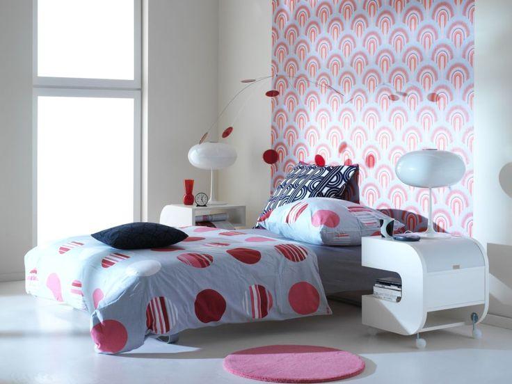 Tapeta w sypialni znów jest modna. Jednak w tegorocznych trendach tapeta na ścianie sypialni pojawia się wyłacznie na jednej ścianie albo nawet na suficie. Najczęściej stosowana w sypialni tapeta za zagłówkiem łóżka, nada wnętrzu ciekawego charakteru. Tapeta w sypialni: galeria pomysłów!