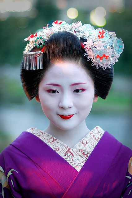 The most common kanzashi motif in July is fans. Lovely silk fans decorated in tiny tumami-e flowers. Round fans (uchiwa) are worn by the senior maiko, and folding fans (sensu) by junior maiko
