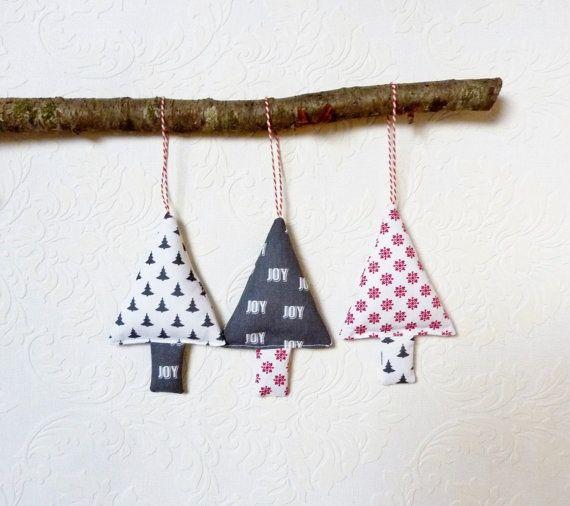 Set di 3 ornamenti di Natale nei colori rosso, grigio e bianco.  Albero di incantevoli decorazioni per albero di Natale. Decorazione di Natale grande per appendere il vostro maniglia o un presente tutto lanno. Ogni corpo piace decorazioni per lalbero di Natale tessuto per un regalo di compleanno.  Cosa ne pensi gli alberi di Natale del tessuto per lo stoccaggio di stuffer?  Dimensione di ogni albero di Natale è 5 3/4 pollici (14,5 cm) di lunghezza e 3,5 pollici (9 cm) di larghezza.  Le…