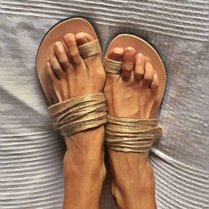 Preciosas sandalias planas hechas a mano y forradas en piel