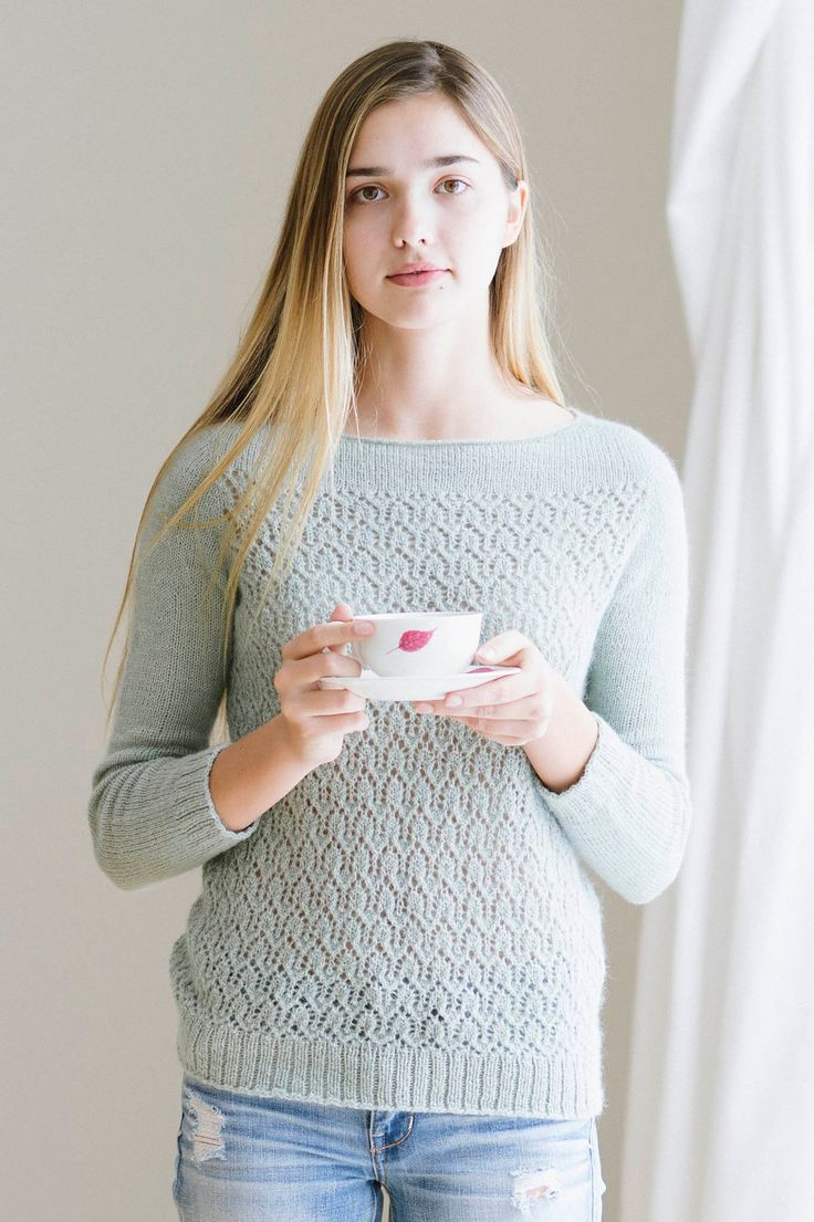 Пуловер без швов April (Апрель) с ажурным узором на корпусе и ложной застежкой капля на спине
