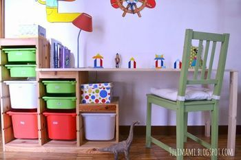 階段状の形の活かし方が秀逸!こんな風にすれば、子供用のデスクスペースができるんですね。
