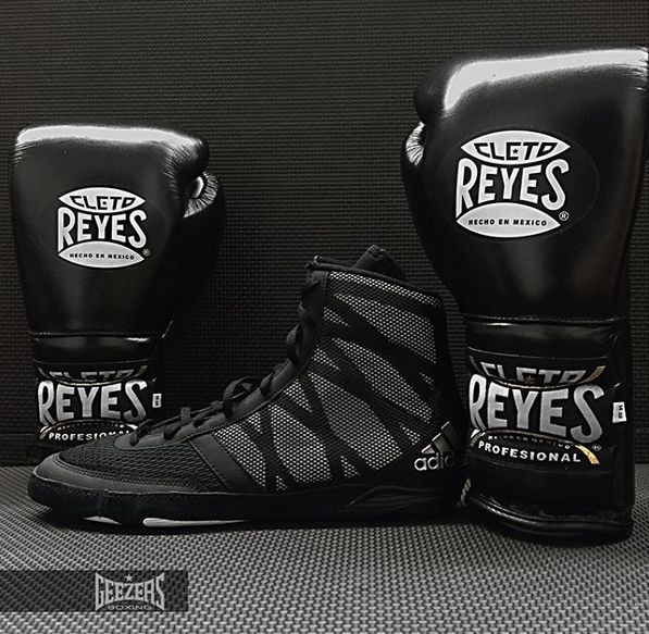 ⚫️ BLACK OUT!! ⚫️ Cleto Reyes sparring gloves with the Adidas Pretereo boot👌🏼Check them out in the link below. LINK >>> http://www.geezersboxing.co.uk/ #adidas #adidasshoes #shoes #boots #footwear #boxing #wrestling #cletoreyes #cleto #reyes #allblack #black #sparring #gloves