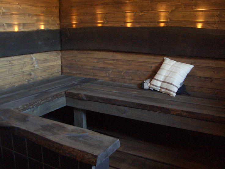 Sisustusrakennuspuolen tekemät lauteet massiivipuu ja kuituvalot. Saunatyyny.