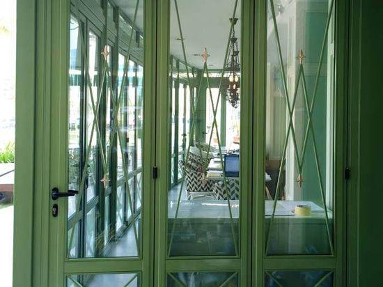 Dekorative Falttüren In Einem Restaurant In Bahrain