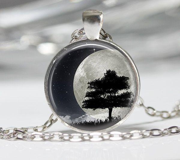 Maan en boom ketting Wearable Art Moon Necklace door ThePlaidPig op Etsy https://www.etsy.com/nl/listing/209440181/maan-en-boom-ketting-wearable-art-moon