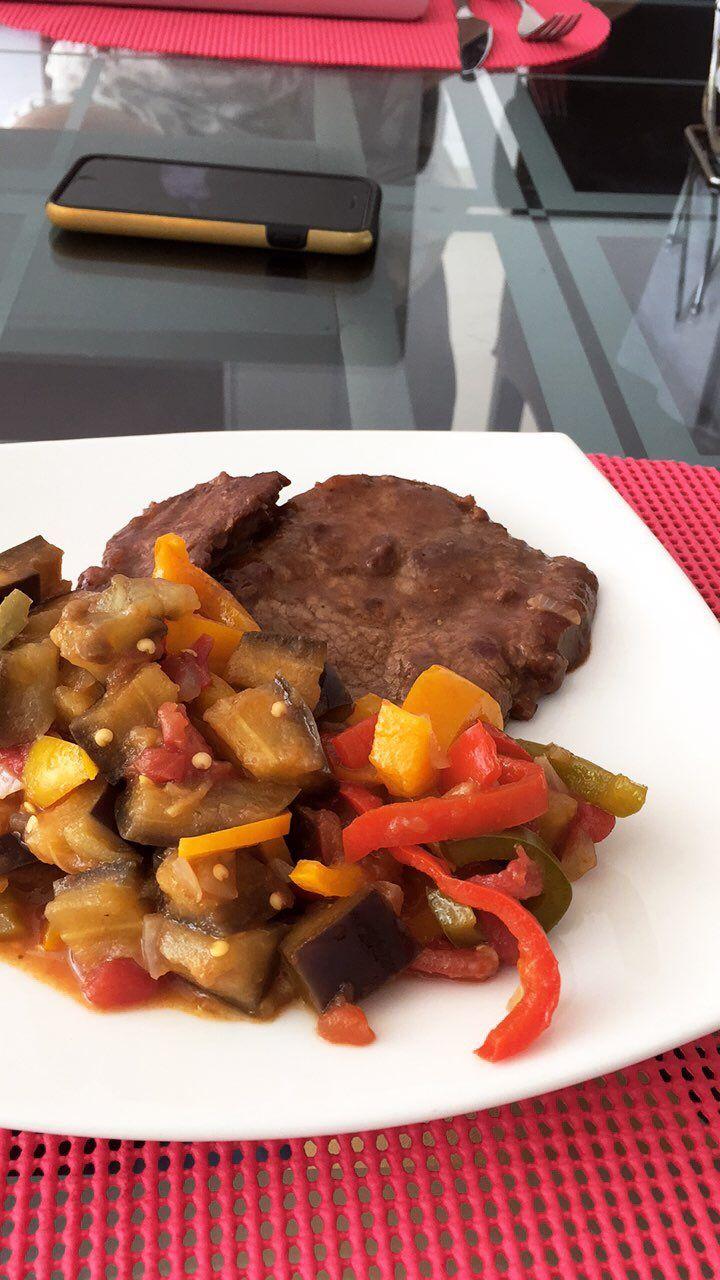 Semana baja en Carbos, aquí tenemos para almorzar: posta de carne magra con vegetales salteados.