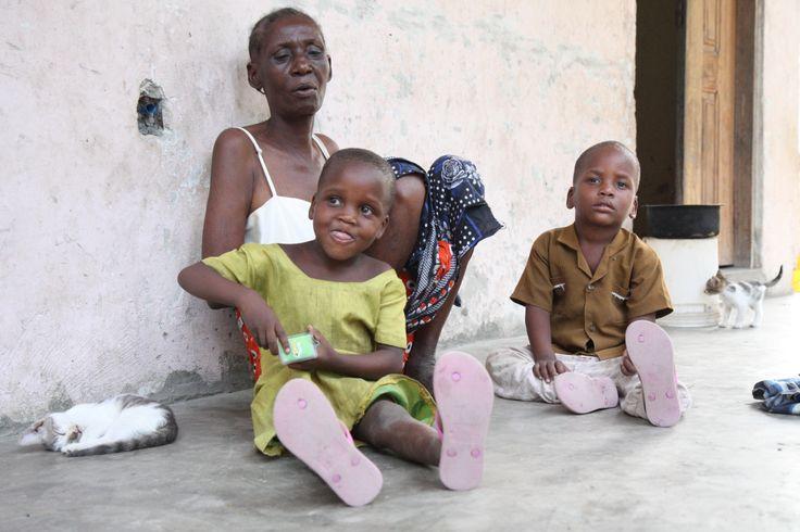 SOS Børnebyernes programkoordinator, Lene Godiksen, er i Dar es Salaam, Tanzania, hvor hun har mødt 60-årige Gloria, der forsørger sine fire børnebørn. Børnenes mor er gift med en ny mand, som ikke er far til børnene, og han vil ikke lade dem bo hos sig. Faren er der ingen, der ved hvor er.  SOS Børnebyerne har hjulpet Gloria med at komme med i en gruppe af kvinder, der opdrætter høns. Det giver mad på bordet og giver også Gloria et sammenhold med andre kvinder, der er alene om at forsørge…