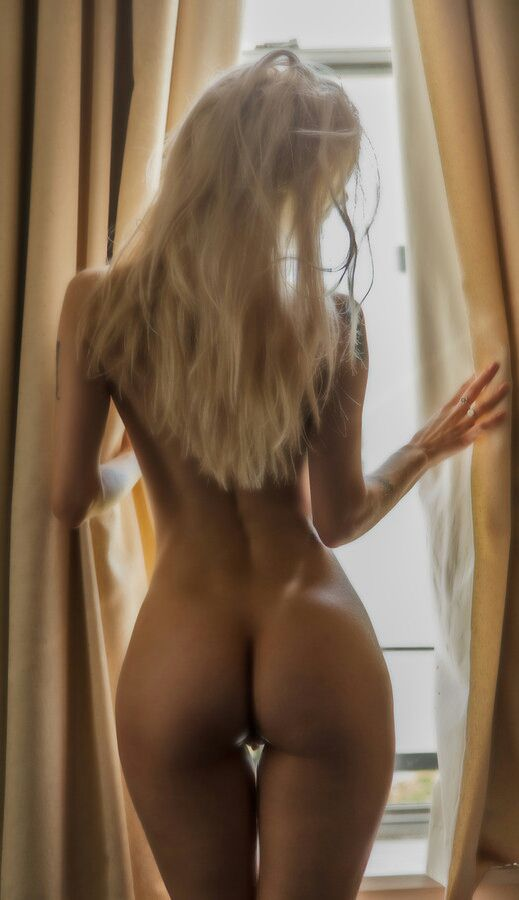 Nude blondes from behind