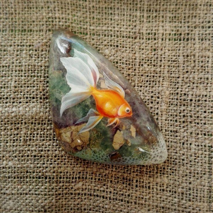 Роспись по камню ручной работы. Ярмарка Мастеров - ручная работа Золотая рыбка на флюорите. Handmade.