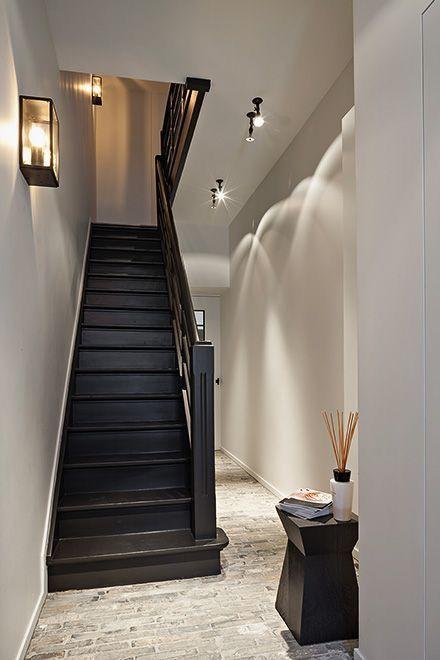 Chique look. Zwarte trap, mooie kleur muren, lichtspots geven mooi licht