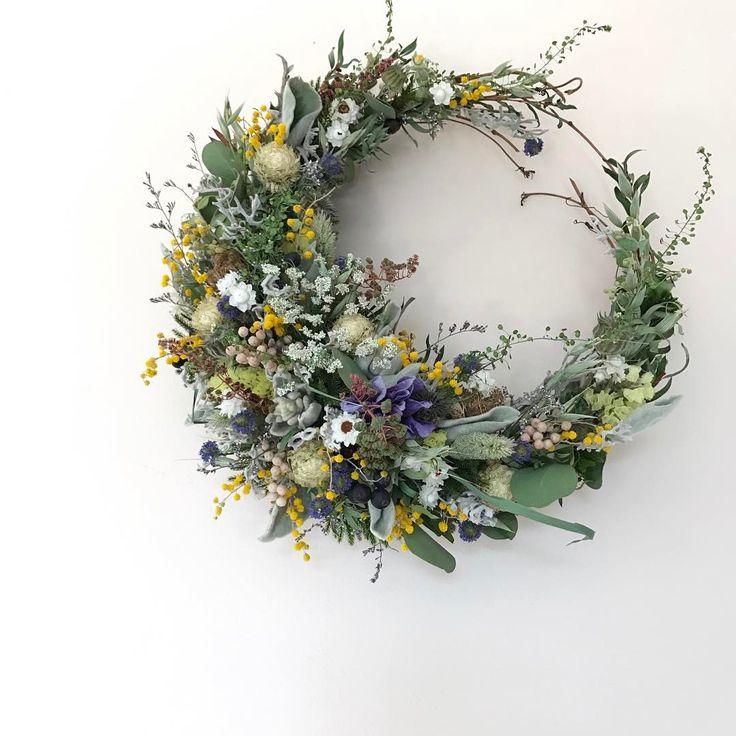 2017.1.30 春風の三日月wreath  30㎝ 白 緑にミモザと差し色おまかせ * アネモネとクジャクアスターの青 少し入れてみました。 気に入って頂けると嬉しいです。 * * ミモザが入ると 春らしくなります。 やっぱりカワイイな ミモザ * * 昨日はワークショップへのお申し込み お問い合わせ 優しいお言葉 ありがとうございました!! * 楽しい時間を過ごして頂けるように 曜日や内容を変えて また開催できるように 準備 しっかり頑張らなくちゃ * * #wreath #driedflower  #driedflowers  #driedflowerwreath  #dryflower  #dryflowers  #flower  #リース #ドライフラワー #ドライフラワーリース  #ドライフラワーのある暮らし  #花のある暮らし  #三日月リース #花に風