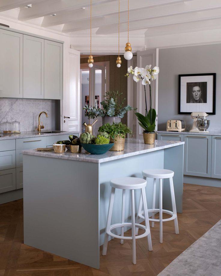 Kök med köksö i carraramarmor och blått