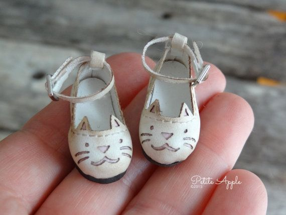 Awesome Etsy listing at https://www.etsy.com/pt/listing/243270579/blythe-doll-kitty-cat-shoes-antiqued