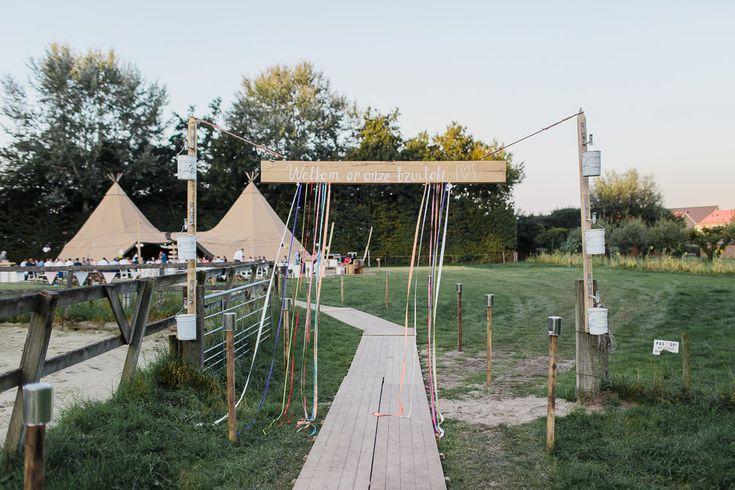 Sanda en Edwin zijn getrouwd in de tuin van familie. Maar dat werd niet zomaar een feestje... Het werd een zonnige bruiloft met een fantastische tent en bergen mooie decoratie!