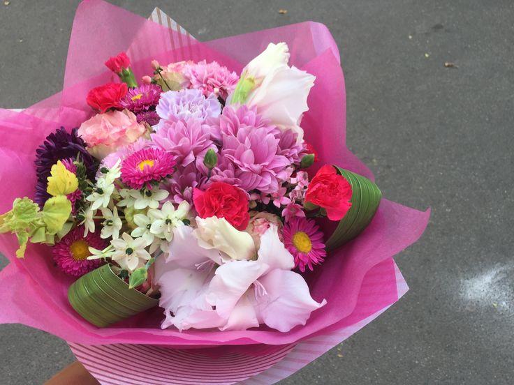 Гладиолусы в букете. Букет для бабушки. Цветы Алматы