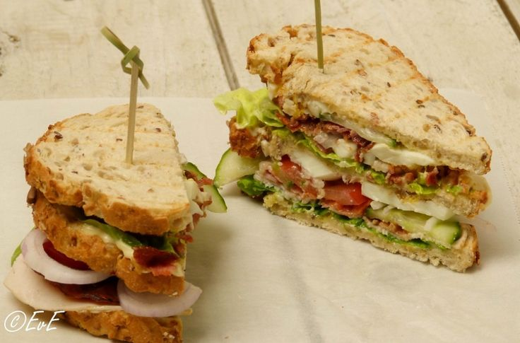 Een club sandwich is een extra dikke en rijkelijk belegde boterham. Maak deze club sandwich zelf!