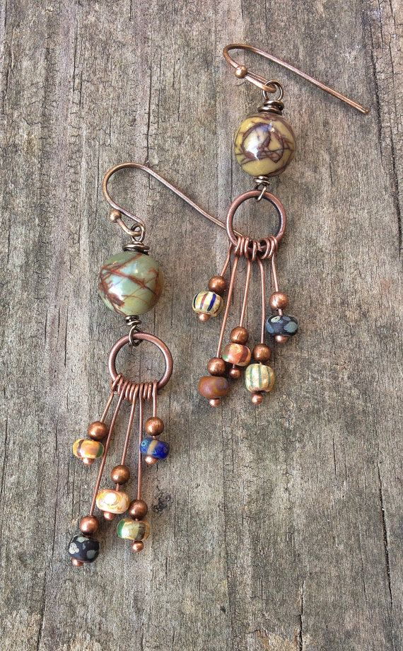 Funky, artsy, eclécticos y coloridos con cuentas pendientes. Pendientes de cobre con perlas de vidrio boho cuelgan de una tira de jaspe rojo