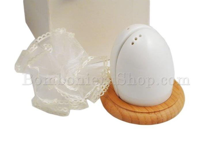 Favolosa bomboniera con contenitori di sale e pepe.. in porcellana bianca... con una simpatica forma che ricorda un uovo... completa inoltre di sacchettino portaconfetti!!!