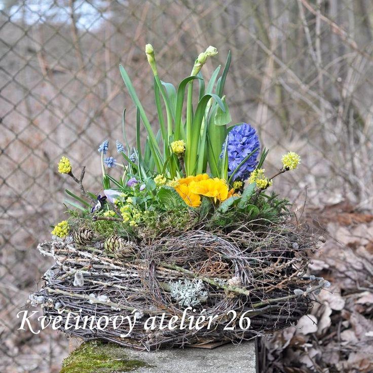 Květinový Ateliér 26 - originální ručně vyrobená proutěná nádoba osázená jarními květinami ... https://www.facebook.com/kvetinovyatelier26/
