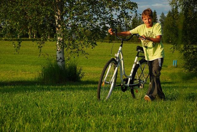 Poika ja polkupyörä, via Flickr.