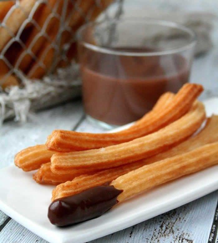 Churros au four avec thermomix. Voici un délice de gourmandise sans l'huile, une recette des Churros au four, simple et facile à préparer avec le thermomix.