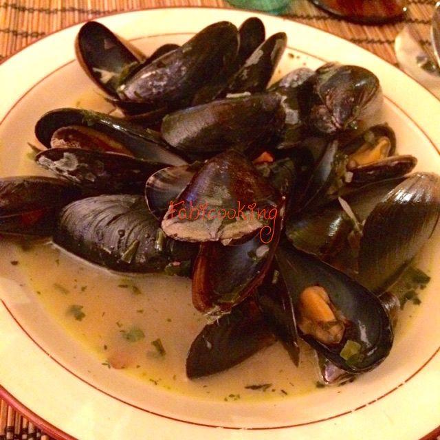 Un court bouillon avec persil, échalotes, ail, vin blanc et beurre, de belles moules et quelques minutes de cuisson: les moules marinières sont dans votre assiette.