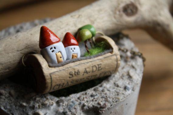 Миниатюрный Винные пробки ожерелье, антикварные красные дома и деревья, готово к отправке.