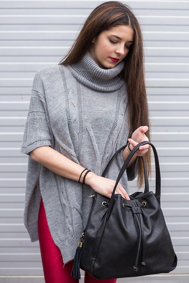 Bucket Bag in Black Color Tσάντα-πουγκί σε μαύρο χρώμα με λεπτομέρειες από κρόσια! Διαθέτει δύο λουράκια για να φοριέται είτε στον ώμο είτε χιαστί 19,90 €