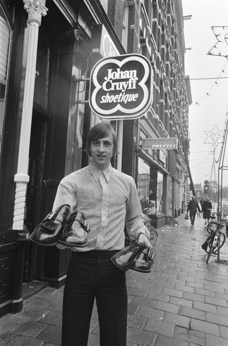 Johan Cruyff as shoe peddler. (Photo: ANP)