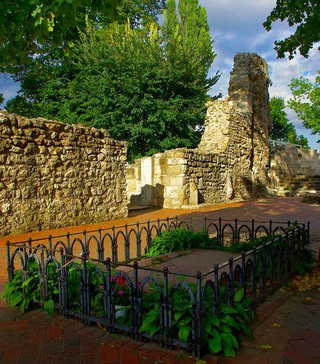 Margitsziget. A főváros zöld oázisaként is emlegetett sziget Budapest önálló városrészét alkotja, mely számos látnivalóval és a természet közelségével várja a kikapcsolódni vágyókat. Legnépszerűbb látnivalói közé tartozik a víztorony, a zenélő szökőkút, a domonkos rendi romkolostor, illetve a japánkert.