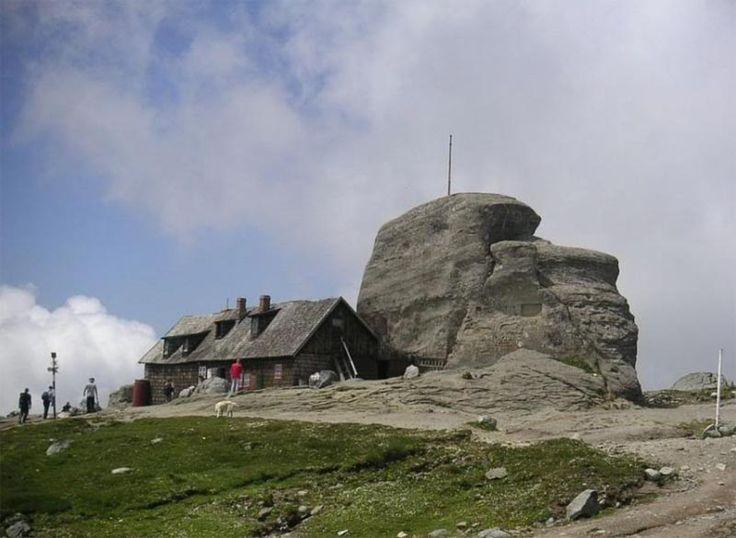 Cabane montane: Cabana Omu (2507 m), Muntii Bucegi