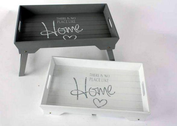 """Bandejas de madera con patas de la colección """"There is no place like home""""."""