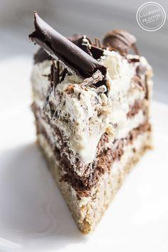 Tort cappuccino jest super - wilgotny, kawowy, z 2 różnymi biszkoptami: kakaowym i cappuccino oraz 3 różnymi kremami: cappuccino, kawowym i karmelowym.