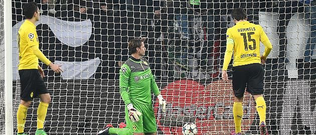 """BVB verliert 1:2 in Turin """"Top-Ergebnis"""", aber Klopps Wackel-Abwehr schenkt Juventus den Sieg  Nach drei Siegen in der Bundesliga verliert der BVB 1:2 bei Juventus Turin. Heißt: Im Rückspiel des Champions-League-Achtelfinals muss ein Sieg her. In Turin präsentieren sich die Dortmunder defensiv katastrophal, Torhüter Weidenfeller patzt. http://www.focus.de/sport/fussball/championsleague/champions-league-im-live-ticker-juventus-turin-gegen-borussia-dortmund_id_4499590.html"""