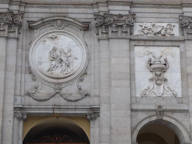 Fachada. El contraste entre el mármol blanco y la piedra berroqueña da un toque sobrio y elegante al conjunto.