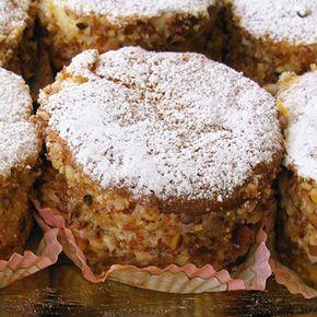 La ricetta delle paste Elena, tortine di pan di Spagna tipiche della pasticceria di Favara farcite con crema di ricotta e guarnite con granella di mandorle