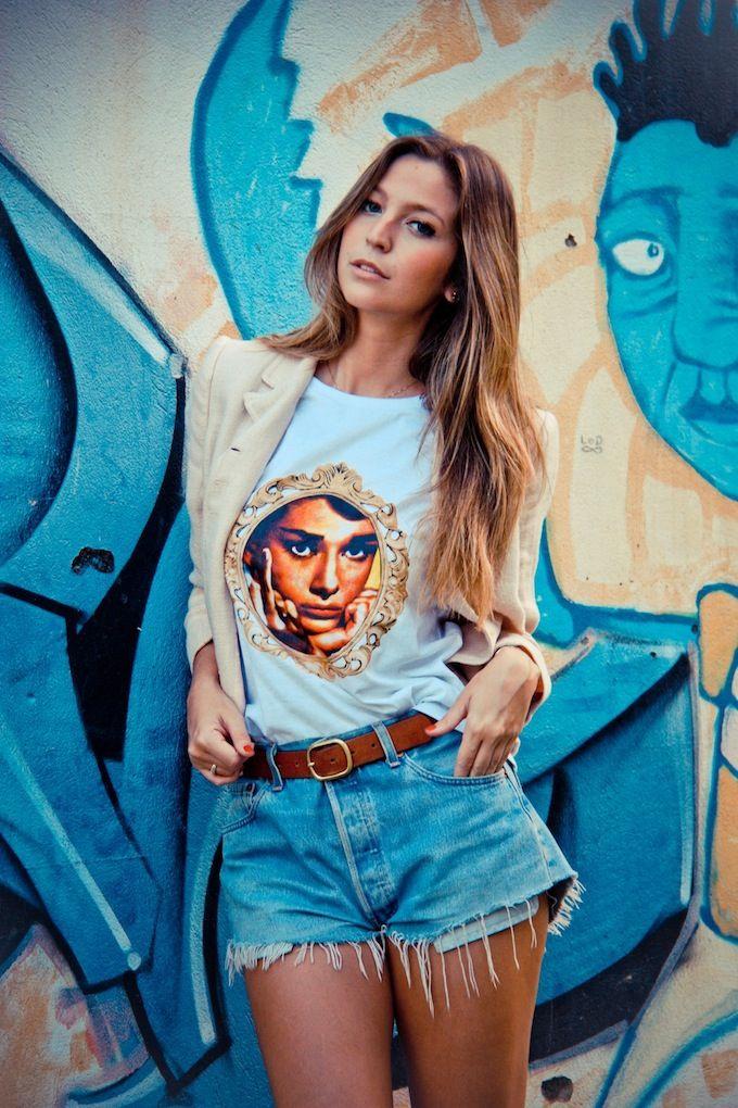 "Luisa Meirelles vestindo a t-shirt ""Audrey Hepburn"", Rock Di Saia."