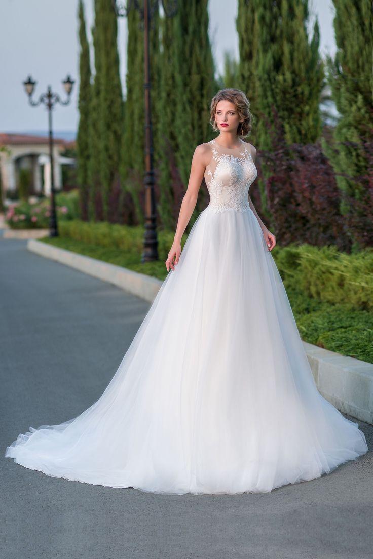 Luxusné svadobné šaty s dlhou jemnou širokou sukňou a krásne zdobeným živôtikom