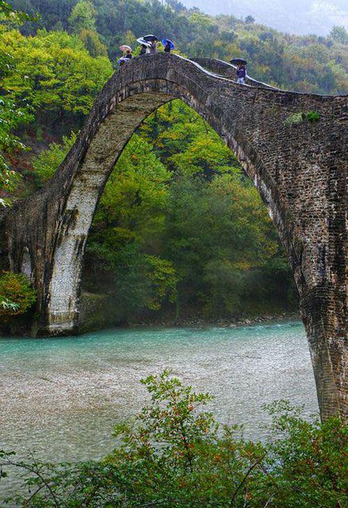 Ponte velha de Plaka sobre o rio Arachthos, uma paisagem típica do Épiro, Northwestern Grécia. Construída exclusivamente com pedras no século 19, é considerado a maior entre os países dos Balcãs.