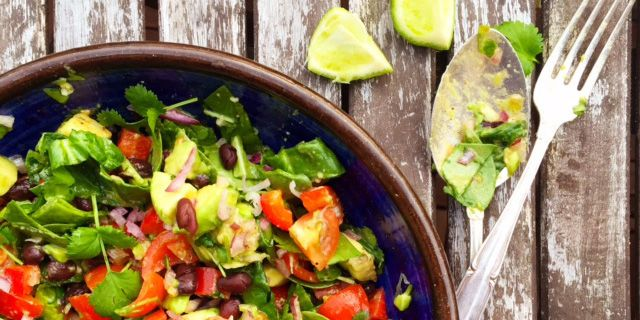 Salsamole sallad med svarta bönor vegan