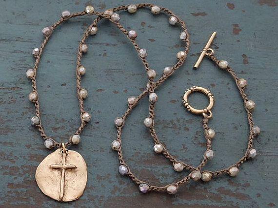 Une croix rustique, crochetés avec perles, collier Bohème par Boho et Indigo.  Une médaille de bronze, Pendentif Croix rustique est suspendu au centre de cette crocheté sur chaine de perles. Le dos du pendentif est imprimé avec un petit coeur. Les perles sont de 4mm, verre tchèque de qualité, dans un vert vieilli, terreux. Ce collier se ferme avec une bascule bronze sûre et solide.  Le pendentif est 1 pouce et le collier mesure 22 pouces.   Visitez ma boutique pour plus de bijoux unique…