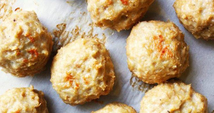 Op zoek naar een lekker en gezond recept dat je makkelijk in grote hoeveelheden kan klaarmaken? Dan zijn deze kokos-curry kipballetjes een prima optie!    Je kan ze perfect invriezen met een royale portie groenten en later meenemen en opwarmen als lunch.    Of je serveert ze onmiddellijk met een heerlijke, frisse dip van zure room en verse kruiden.